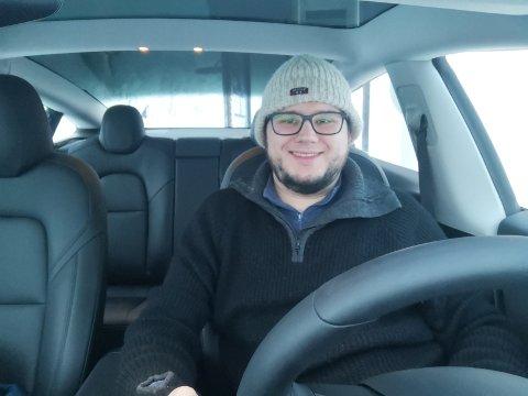 IKKE UMULIG: Jonas Ali Ghanizadeh ønsker å vise at det går helt fint å kjøre elbil, også i Finnmark.