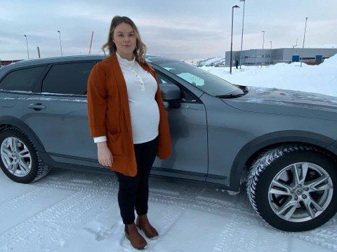 OPPGITT: Sárá Márjá Utsi (26) er oppgitt etter at både brøytebilen og flere personbiler skal ha passert henne da hun fredag sto fast i snøen på veien ved Reinoksevannet over