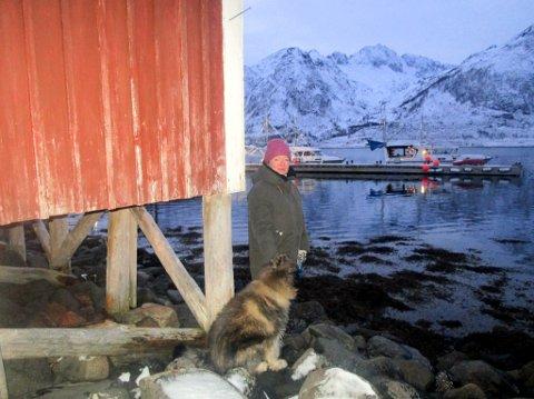 FLYTEBRYGGEN BLIR IKKE FJERNET: Strandeiendommen til Linda Nuth i Nuvsvåg har delvis blitt stengt inne av det hun betegner som en ulovlig plassert flytebrygge.