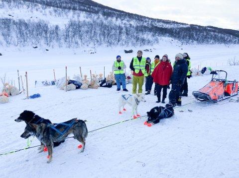 STØRRE AVSTAND: Under Finnmarksløpet  i fjor var det ingen avstandsbegrensninger mellom frivillige, kjørere og løpsledelse. Det vil det være i år, om løpet får gå som planlagt.