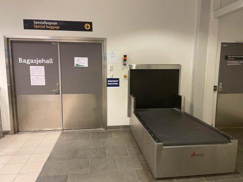 SENDT HER: Mannens hund ble sendt i et bur som spesialbagasje gjennom denne døren på Alta lufthavn 6. januar i år.