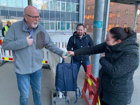 ØYEBLIKKET: Her mottar Knut Ottem sekken med klær fra Ronja Garden. Tony André Rishaug i bakgrunnen.