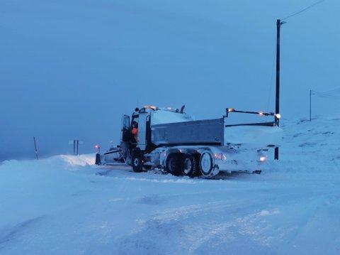 SATTE SEG FAST: Her har en av Mestas brøytebiler satt seg fast i snøkaoset.