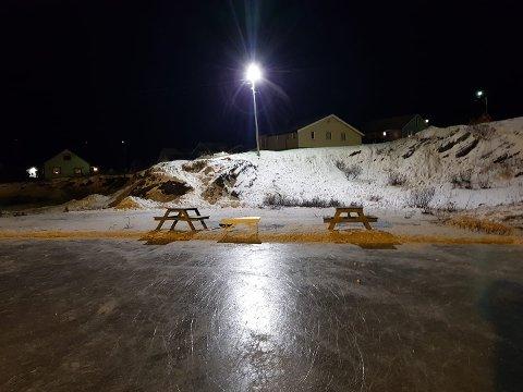 HAR FÅTT LYS: Skøytebanen på Mollahalla i Vardø har fått lys av Svein Nilsen. - Det er til stor glede for oss, sier Leif Ola Kolås i Vardø Hockey. Kommunen har også satt fram benker til felles bruk.