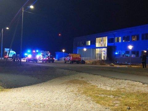 UTRYKNINGEN: Brannvesenet i Porsanger rykket ut til hybelbygget i Lakselv torsdag kveld. Heldigvis var det ikke snakk om brann i bygget.