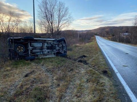 UHELDIG PÅ GLATTA: Det var et tynt lag med is på veien da bilen havnet i grøfta.