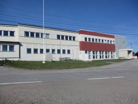 LÆRERMANGEL: Kommunen skal nå i gang med ansettelsesprosess etter å ha fått inn tre søkere på lærerstillingene ved Bugøynes skole.
