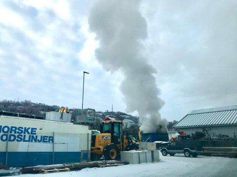 MYE RØYK: Brannvesenet driver med slukkearbeid.