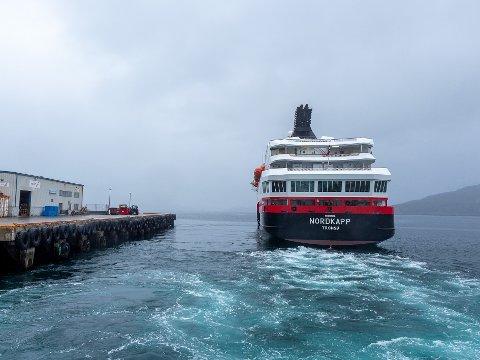 FOR GRUNNT: Det bør vurderes tiltak for å få  større dybde ved hurtigrutekaia i Havøysund. Det mener Jan-Harald Lyder ved Nor-Lines Terminalen Havøysund.