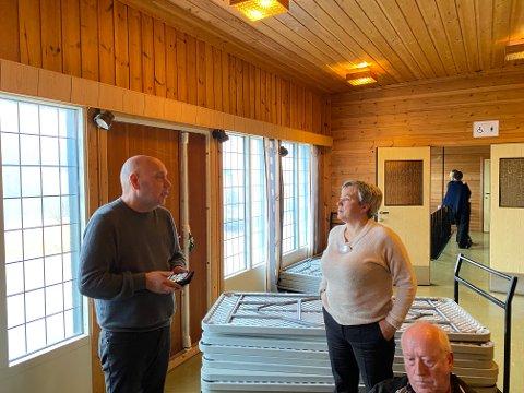KOM SAMMEN: Ragnhild Vassvik (Ap) og Marius Nilsen (Sp) lanserte et fellesforslag som fikk fullt ut flertall for å gi Mehamn Fiskeriservice AS en leieavtale til hele hjellområdet på Holmen i Mehamn. Foran ser vi Oddvar Jenssen, som fulgte debatten fra tilhørerplass.