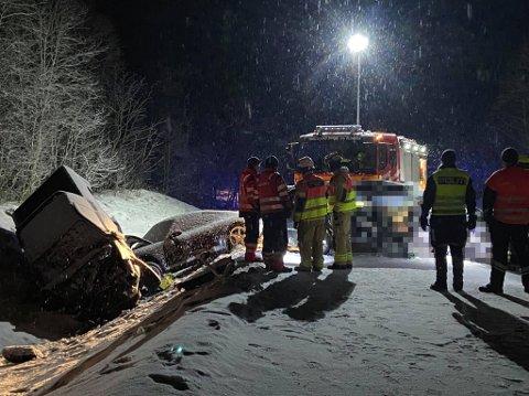 OMKOM: To personer omkom på E8 i Lavangsdalen søndag. Politiet etterforsker saken videre mandag.