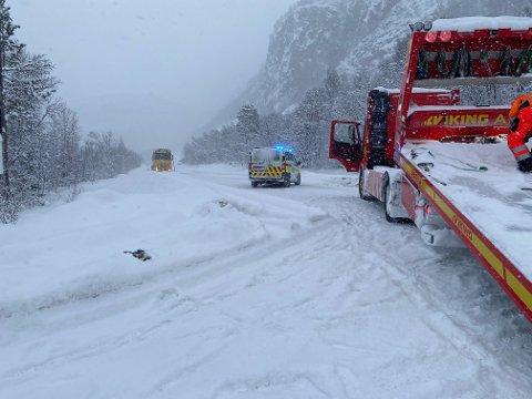 MÅTTE BERGES: En av bilene involvert i ulykken måtte ha bergingsbil.