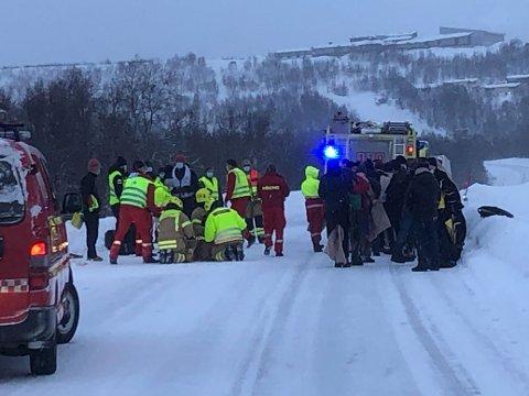 En buss har kjørt ut av veien på E6 mellom Strømmen Bro og Høybuktmoen i Kirkenes.