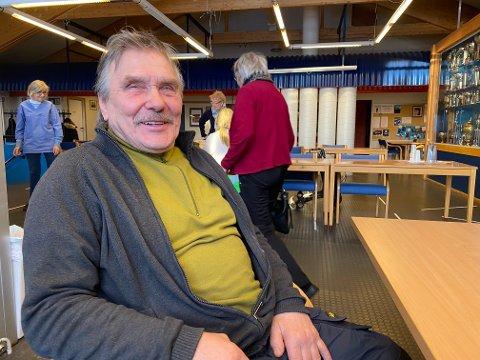VENTER: Theodor Remso sitter på Galleri Martin og venter etter å ha tatt vaksinen.