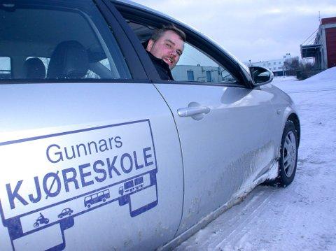 PENSJONIST: Gunnar Bang Pettersen ved Gunnars kjøreskole i Lakselv har nå lagt ned trafikkskolen. Bildet er tatt på midten av 2000-tallet