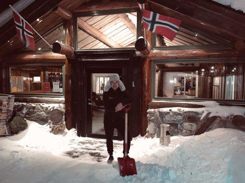 ÅPNET DØRENE: Sondre Melling fikk flere besøkende enn ventet søndag og måtte holde åpent.
