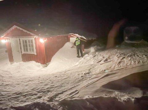 GRAVDE FRAM VEDEN: Det var mye fokksnø rundt hytteveggene til Trygve Rødberg i helgen.