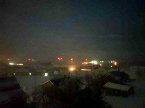 MØRELAGT: Strømmen og mobilnettet er borte i store deler av Gamvik kommune. På tirsdag fikk kommunen fraktet ved til kommunens innbyggere fra Kjøllefjord.