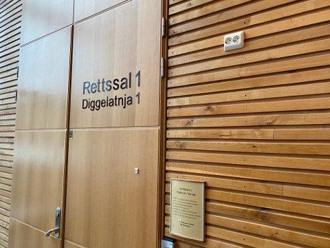 FORKLARTE SEG: Innenfor disse dørene forklarte tiltaltes ekskone seg for Hålogaland lagmannsrett.  Senere tok hun seg tid til å prate med iFinnmark om de siste årenes prøvelser.