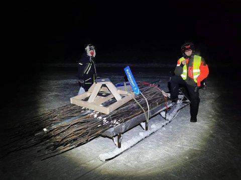 SKILT: Her er det stopp for å sette opp skilt i krysset Ramletjønna-Ruhkkojavre. Ole Mathis Eira til venstre sammen med Roy Sverre Wirkola.