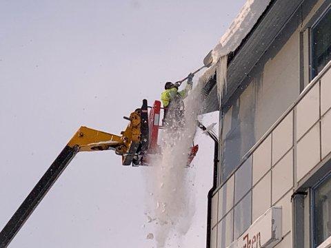 FINNMARKEN: Også hos Finnmarken var det nødvendig å få fjernet snø og is fra taket. Rekord Bygg har denne mandagen vært å gjort denne jobben flere steder i Vadsø.