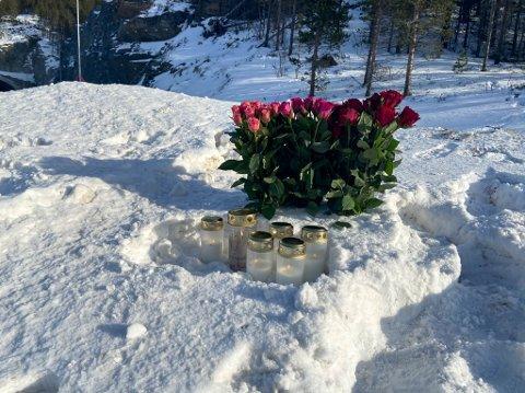 MINNES: Folk har satt opp levende lys og blomster for å minnes de omkomne etter dødsulykken på E6 mellom Alta og Kvenvik.