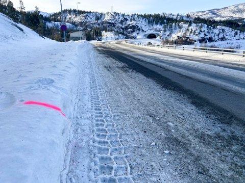 SIKRET SEG SPOR: Politiet har sikret seg flere spor på ulykkesstedet i Kvenvik.