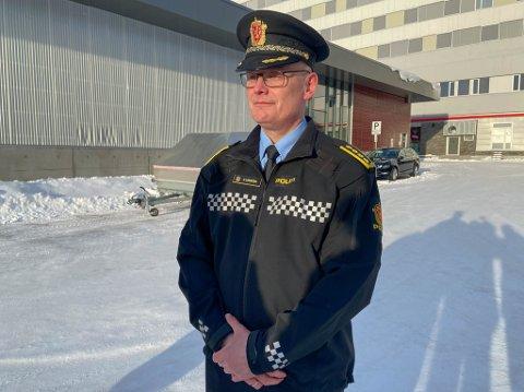 BRUKER MYE RESSURSER: Lensmann i Alta, Øyvind Lorentzen, fortalte på en pressekonferanse at de jobber bredt for å finne svar på hva som er årsaken til møteulykken i Alta på tirsdag.