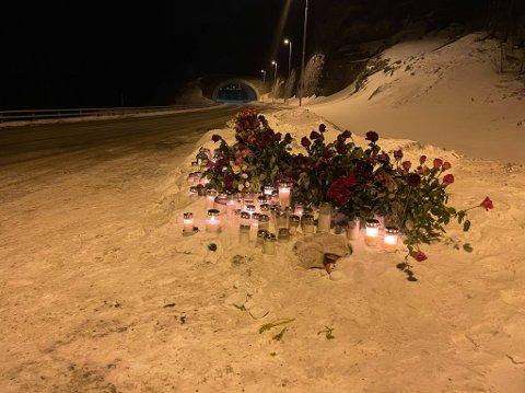 BLOMSTERHAV: Det ble lagt ned blomster ved E6 i Kvenvik i Alta der Nora Tiberg (10) år og Ann Katrin Nilson (49) omkom 9. mars 2021. Dette bildet ble tatt fredag 12. mars.