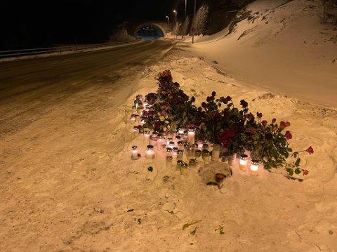 MARKERING: Fredag kveld var det mange blomster og lys ved E6 hvor ulykken skjedde.