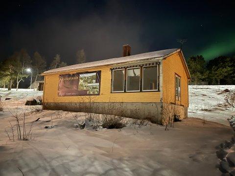 RIVES: Dette gamle bygget skal bort til fordel nye leiligheter som skal reises på tomten. Arkivfoto.