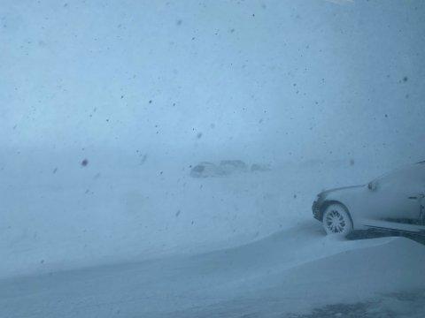 DÅRLIG VÆR: Flypassasjerer i Vardø kommer seg ikke av gårde verken med fly eller bil. Slik så det ut utenfor flyplassbygget onsdag morgen.