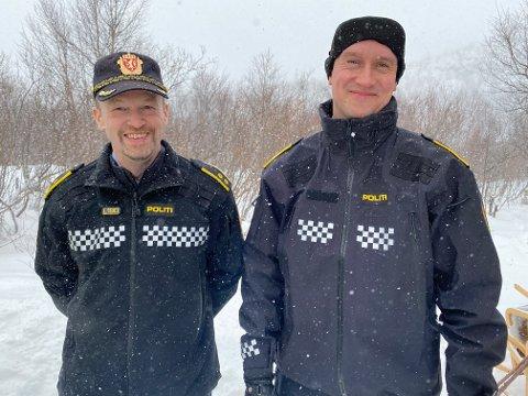 PÅ «TURNE»: Svein Arne Midtli (til venstre) og Sølve Solheim har vært og kontrollert alle grenseovergangene i Finnmark politidistrikt. Her er de på plass i Polmak.
