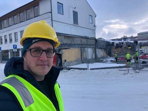 BANKBYGG: Prosjektleder Rune Nordhus foran det som skal bli det nye bygget til Sparebank1 Nord-Norge i Kirkenes sentrum.