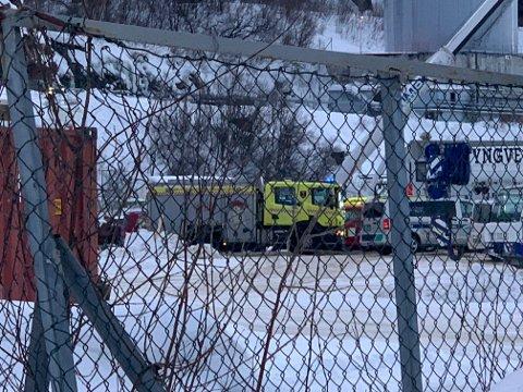 PÅ STEDET: Brannvesenet, politiet og ambulanse har rykket ut til stedet.