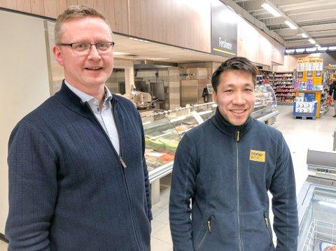FORNØYD: Daglig leder Runar Eriksen i Coop Hammerfest SA og butikksjef Isah Gulzari på Coop Prix Strandgata. Foto: Trond Ivar Lunga
