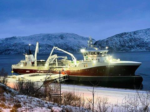 BUNKRER VANN FRA PORSA: Med en lastekapasitet på 3.000 kubikk kan brønnbåter som MS «Steigen» behandle inntil én merd om gangen.