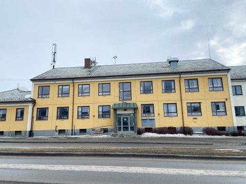 STORT BYGG: Gamleposten Alta AS har nå lagt ut næringsbygget i Bossekop ut for salg. Næringsbygget har vært en sentral del av næringslivet i Bossekop siden 1958.