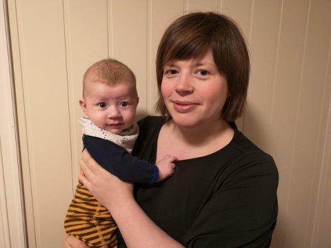 ØNSKE FRA FORELDREGRUPPEN: Káre-Elle Partapuoli (36) er blant flere som ønsker seg en samisktalende helsesykepleier i Tana. Her er hun sammen med sønnen Nilá Duommá (4mnd).