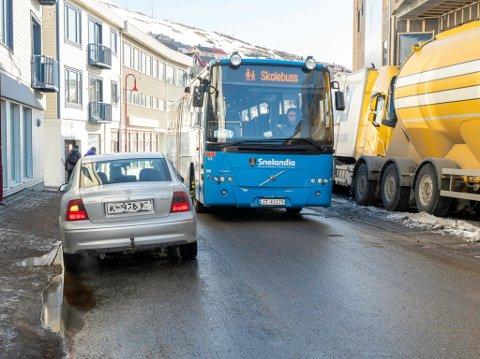 ULOVLIG: Ulovlig parkering i sentrum har gjort det vanskelig for større kjøretøy å komme forbi og skaper farlige trafikksituasjoner.
