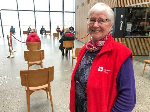 FRIVILLIG: 83 år gamle Anne Skredlund er glad for å kunne hjelpe til under vaksineringen i Hammerfest. Foto: Trond Ivar Lunga