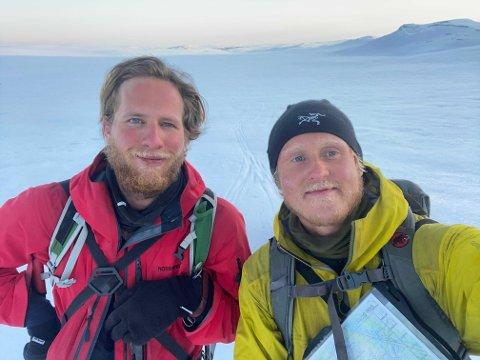 Nore Rystad (t.v.) og Markus Bjørkli Jansen skal krysse Magerøysundet på vannski.