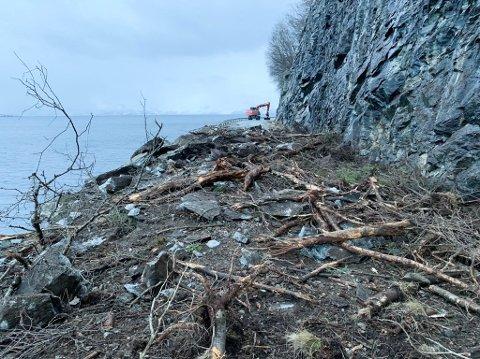 RYDDER RASOMRÅDET: Jobben med å fjerne restene etter raset i Skillefjorden på fylkesvie 8830 pågår fortsatt.