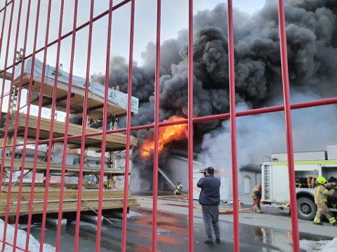 STOR RØYKUTVIKLING: Sort røyk preget området hvor bygget brant fredag kveld.