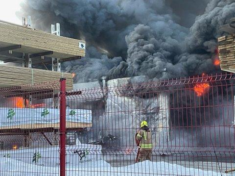 Alle nødetatene rykket ut da bygget til Byggmakker i Båtsfjord sto i flammer 23. april 2021.