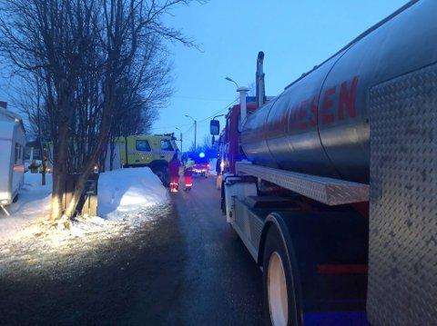 PÅ STEDET: Alle nødetatene rykket ut til brann i bolig i Vadsø lørdag.