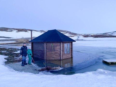 STO UNDER VANN: Turhytta som brukes flittig av Gamviks innbyggere sto under vann på fredagskvelden. Dagen etter hadde vannet sunket til et normalt nivå.