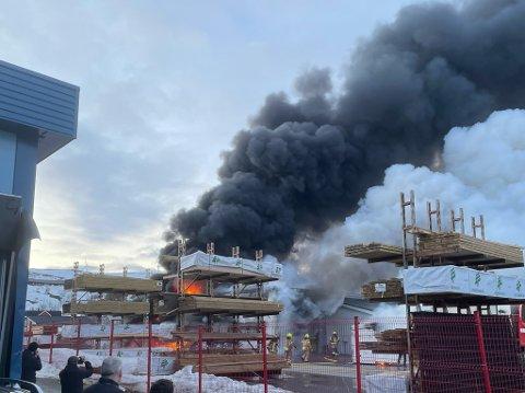BRANN: Slik så det ut da bygget til Byggmakker i Båtsfjord sto i flammer 23. april 2021.