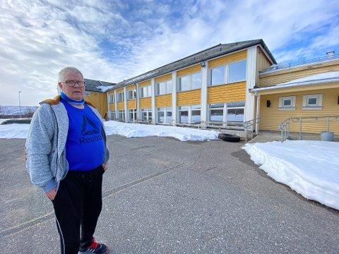 FOR SEG SELV: Dagfinn Nilsen holdt seg gjerne for seg selv i skolegården i Seida, da han gikk på det som i dag heter ungdomsskolen.