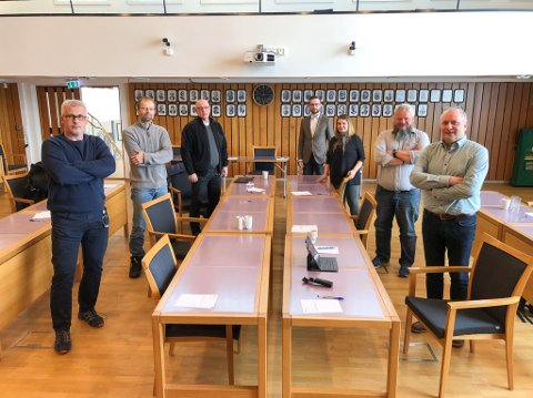SAMLET FORMANNSKAP: Terje Wikstrøm (t.v.), Lodve Svare, Erik Johannessen, Vegard Loke Rønning, Elisabeth Rønning, Arne Myrseth og Kurt Methi. Foto: Trond Ivar Lunga